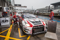 Pit stop para o #80 Nissan GT Academy RJN equipa Nissan GT-R Nismo GT3: Nick McMillen, Florian Strauss, Alex Buncombe