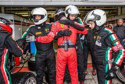 Scuderia Villorba Corse takım üyeleri hızlı pitstop ardından kutlama yapıyor