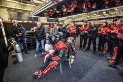 比利时奥迪俱乐部WRT车队工作人员观看比赛