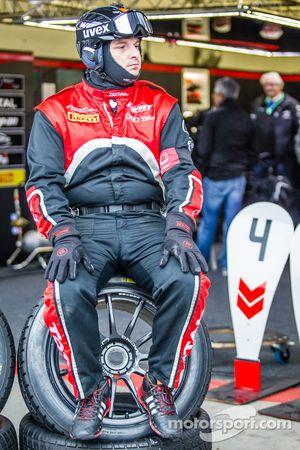 比利时奥迪俱乐部WRT车队工作人员等待赛车进站
