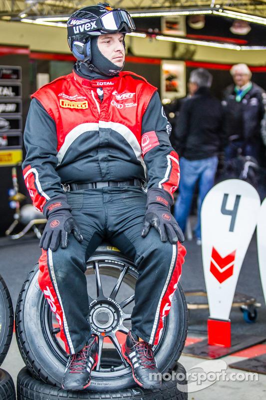 Membros da equipe da Belgian Audi Club Team WRT esperando para pitstop