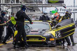 进站:#32 Leonard Motorsport,阿斯顿·马丁Vantage GT3: Stuart Leonard, Paul Wilson, Michael Meadows