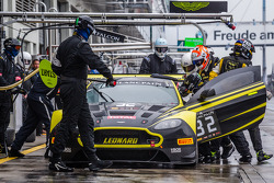 Pit stop para o #32 Leonard Motorsport Aston Martin Vantage GT3: Stuart Leonard, Paul Wilson, Michae