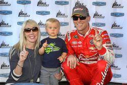 Pole sahibi Kevin Harvick, Stewart-Haas Racing Chevrolet ve eşi DeLana ve oğlu Keelan