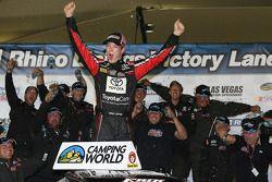 Racewinnaar Erik Jones viert feest