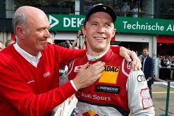 比赛获胜者 Mattias Ekström,奥迪运动车队Abt Sportsline, 奥迪 RS 5 DTM,和奥迪赛车运动总监沃夫冈·乌尔里希博士