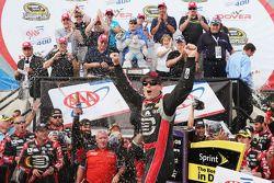 Yarış galibi Jeff Gordon kutlama yapıyor