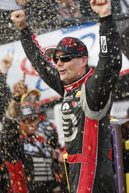Vencedor da corrida Jeff Gordon celebra