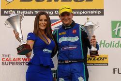 Ronde 27 racewinnaar Mat Jackson met zijn Airwaves Racing pitspoes