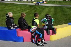 年轻车手们看着赛道上的偶像们