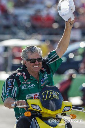 John Force fête la victoire de sa fille Courtney en Top Fuel Funny Car