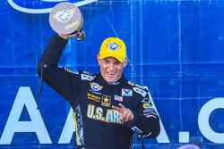 Tony Schumacher viert de overwinning op Dallas van de uitgestelde Charlotte race