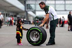 Junger Fan mit Pirelli-Reifen