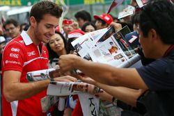 Jules Bianchi, Marussia F1 Team, firma autógrafos para los fans