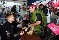Nico Hulkenberg, Sahara Force India F1 firma autografi per i tifosi