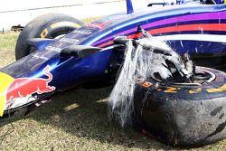 El dañado Red Bull Racing RB10 de Daniel Ricciardo, después él se estrelló durante la FP2