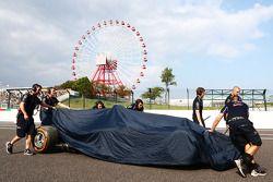 El dañado Red Bull Racing RB10 de Daniel Ricciardo, después él se estrelló durante la FP2, es se rec