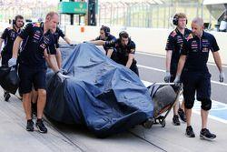 El Red Bull Racing RB10 de Daniel Ricciardo, Red Bull Racing se recupera hacia los boxes después de