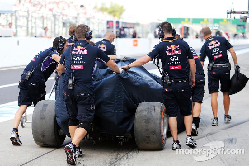 La Red Bull Racing RB10 di Daniel Ricciardo, Red Bull Racing, viene portata di nuovo ai box dopo l'incidente nella seconda sessione di prove