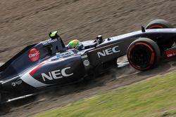 Esteban Gutierrez, Sauber C33 runs wide
