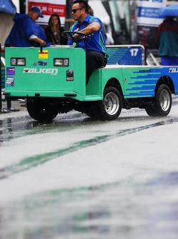 Falken Tire takım üyeleri yağmur altında