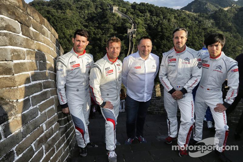 I piloti Citroën con Yves Matton presso la Grande Muraglia cinese