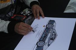 Andy Lally signe des autographes