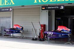 La porta del garage abbassata, mentre Christian Horner, Red Bull Racing Team Principal informa il personale che Sebastian Vettel lascia la squadra