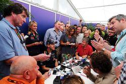 Sebastian Vettel, Red Bull Racing, con la stampa