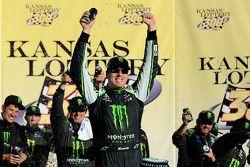 Racewinnaar Kyle Busch viert feest