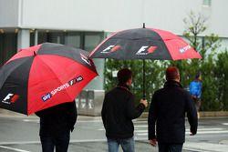 Anthony Davidson et Johnny Herbert dans un paddock pluvieux