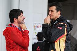 (Esquerda para direita): Luis Garcia Abad, agente do piloto Fernando Alonso, Ferrari, com Federico Gastaldi, diretor da Lotus F1