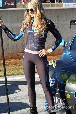 Graziosa ragazza Aston Martin