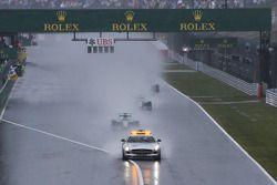 Nico Rosberg, Mercedes AMG F1 W05 conduce la gara dietro la Safety Car FIA