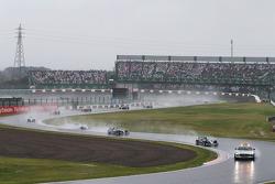 Nico Rosberg, Mercedes AMG F1 W05 conduce dietro la Safety Car FIA