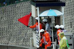 De rode vlag wordt gezwaaid door marshals en de race wordt stilgelegd