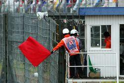 De race wordt stilgelegd en marshals zwaaien de rode vlag