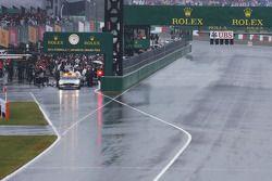 De race is stilgelegd en de FIA Safety Car en raceauto's stoppen in de pits