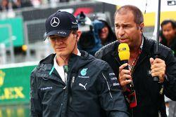 Startaufstellung: Nico Rosberg, Mercedes AMG F1; Kai Ebel, RTL TV Moderator