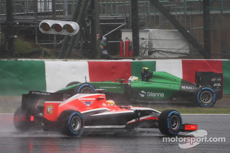 Marcus Ericsson, Caterham CT05 spin atıyor ve Jules Bianchi tarafından geçiliyor