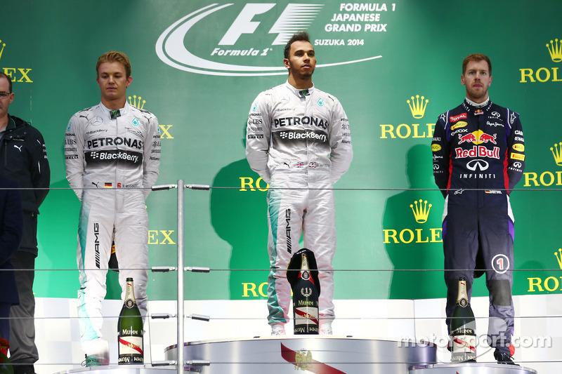 Los tres campeones del mundo de esta década en los colores con los que más brillaron. Fue su último encuentro en el podio corriendo para Mercedes y Red Bull, en Japón 2014.