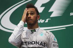 Vainqueur: Lewis Hamilton, Mercedes AMG F1 sur le podium