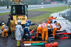 Equipo de seguridad en el trabajo después del accidente de Jules Bianchi, Marussia F1 Team