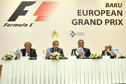 赛道设计师赫尔曼·蒂尔克,阿塞拜疆汽车联合会主席安纳·阿莱克佩罗夫,阿塞拜疆青年与体育部部长阿萨德·拉希诺夫,一级方程式CEO伯尼·埃克莱斯顿