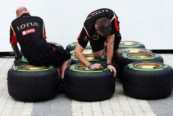 Lotus F1 Team; mecânico com pneus Pirelli