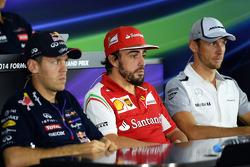 (Da sinistra a destra): Sebastian Vettel, Red Bull Racing; Fernando Alonso, Ferrari; e Jenson Button, McLaren alla conferenza stampa FIA