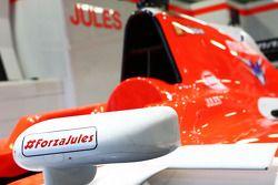Marussia F1 Team MR03 de Jules Bianchi, carregamensagem de apoio, com hashtags #ForzaJules e #JB17