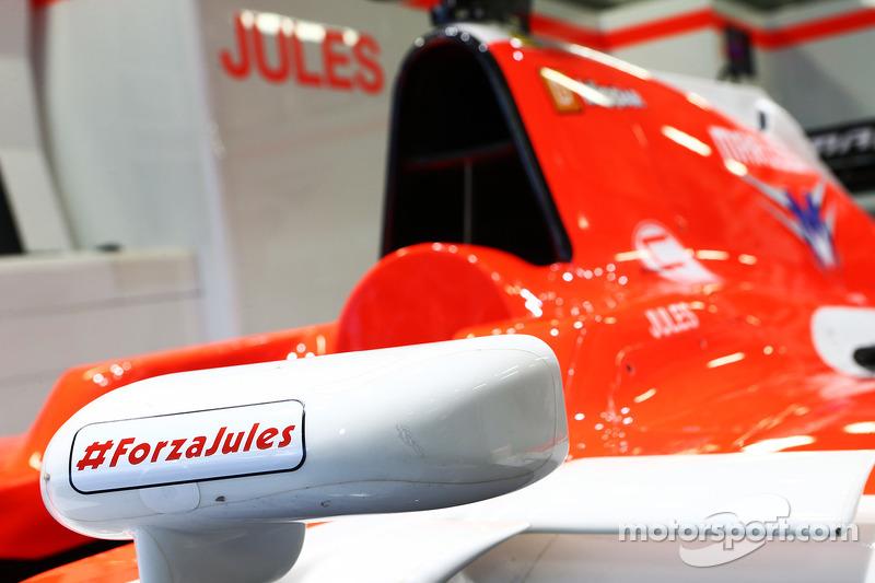 朱尔斯·比安奇的玛鲁西亚F1车队MR03赛车,赛车上贴着一条支持的信息,带着#ForzaJules和#JB17的贴纸
