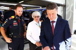 Christian Horner, jefe de equipo de carreras de Red Bull con Bernie Ecclestone y Dmitry Kozak, Minis