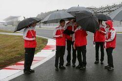 Pilotos de Audi caminan por la pista